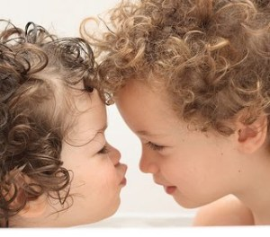 cute_babies_girl_boy_kissing_wallpapers_pictures_photos_images-789546452154054654534